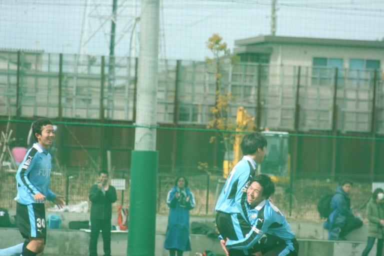 ゴールを決めた奥山璃空選手を藤井柾人選手が抱えあげる
