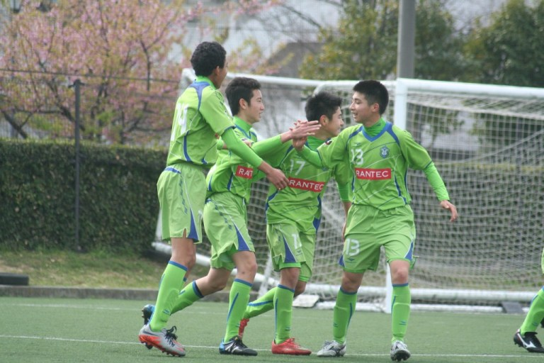 先制し喜ぶ湘南ベルマーレジュニアユースの選手たち