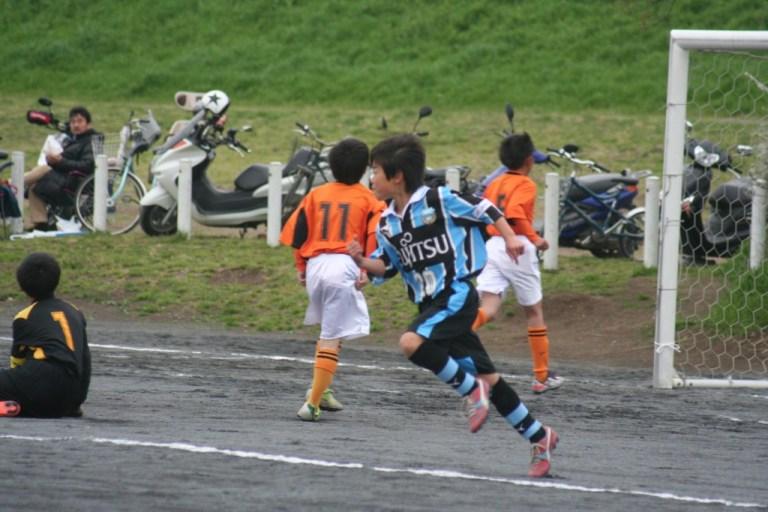 先制ゴールを決めて駆け出す前野康成選手