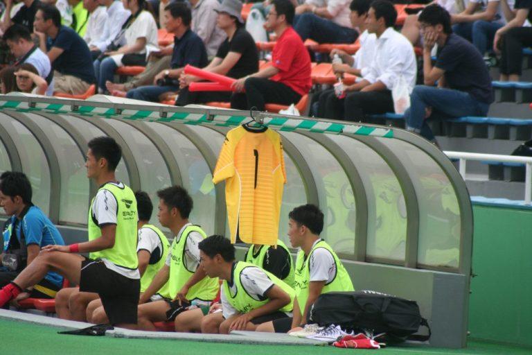 駒澤大のベンチには怪我で長期離脱のキャプテン森建太選手のユニホームが飾られた
