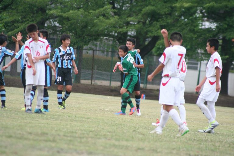 2-1でタイムアップ。決勝ゴールの内海太瑚選手と川合我空選手が喜びを分かち合う