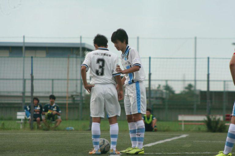 間接フリーキックを得てゴールを狙う小川真輝選手