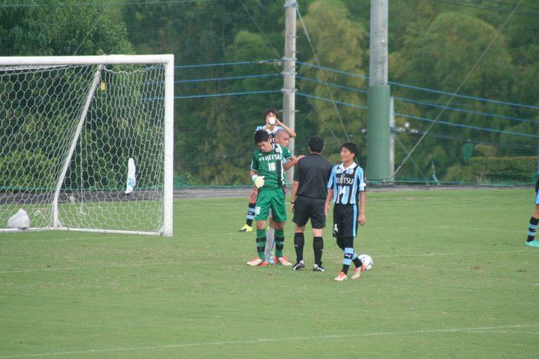 接触プレーで傷んだ早坂勇希選手を山梨学院の加藤選手が助ける場面も