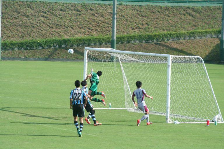 山梨学院高校の降矢涼平選手にシュートを打たれるも早坂勇希選手が好守を見せる