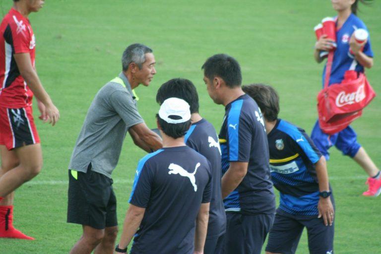 山梨学院高校の安部一雄監督にフロンターレのコーチ陣が握手を求めにいく場面も