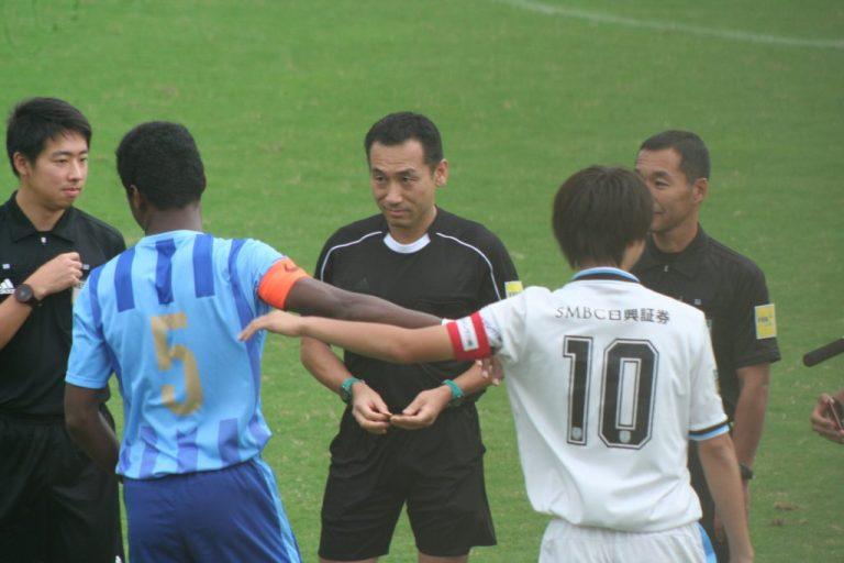 試合前、コイントスに臨んだフロンターレU-18の田中碧選手と桐光学園のタビナス・ジェファーソン選手