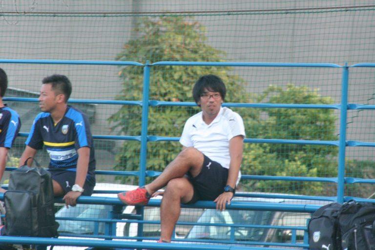 試合を見守った育成プロジェクトグループの吉田勇樹コーチ