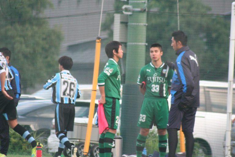 鈴木洋平GKコーチから声をかけられる川合我空選手と鴨打賢哉選手