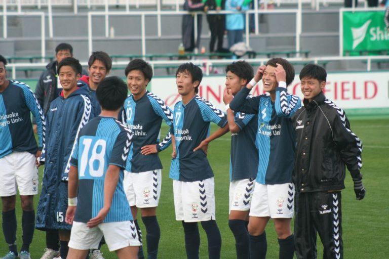 スタンドにあいさつをする静岡産業大の選手たち