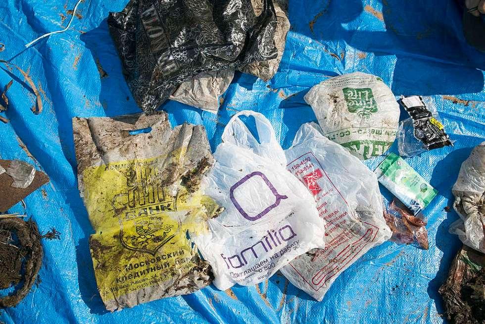 Sacolinhas plásticas encontradas na praia.