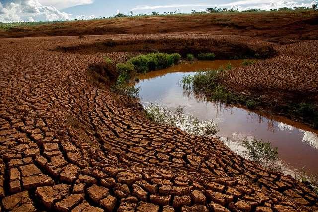 Rio secando em terra árida no Brasil © Gabriel Lindoso
