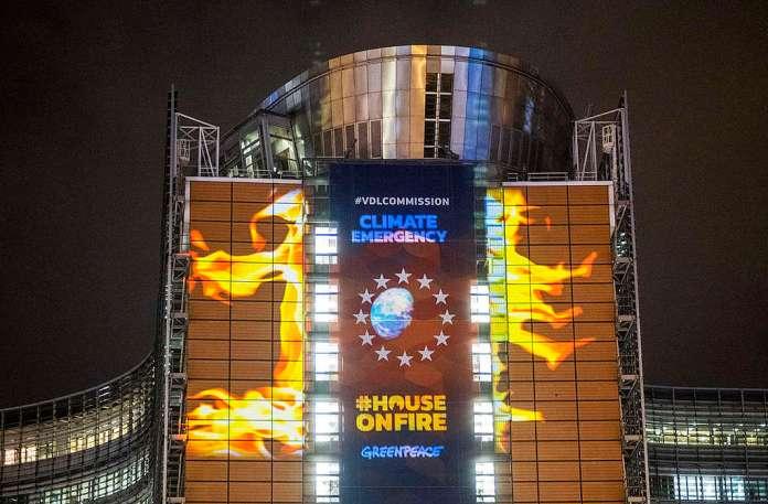 EU Climate Law Projection in Brussels. © Tim Dirven / Greenpeace