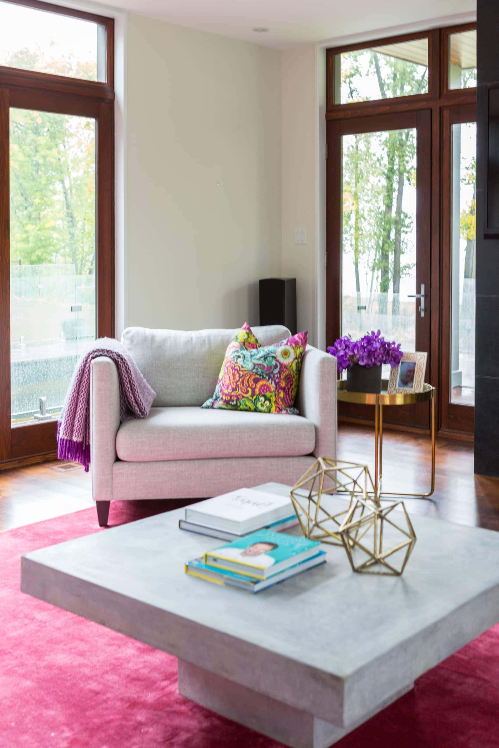 Living room with a pink carpet