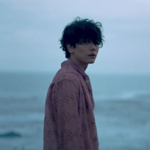 Park Hyo Shin by the ocean