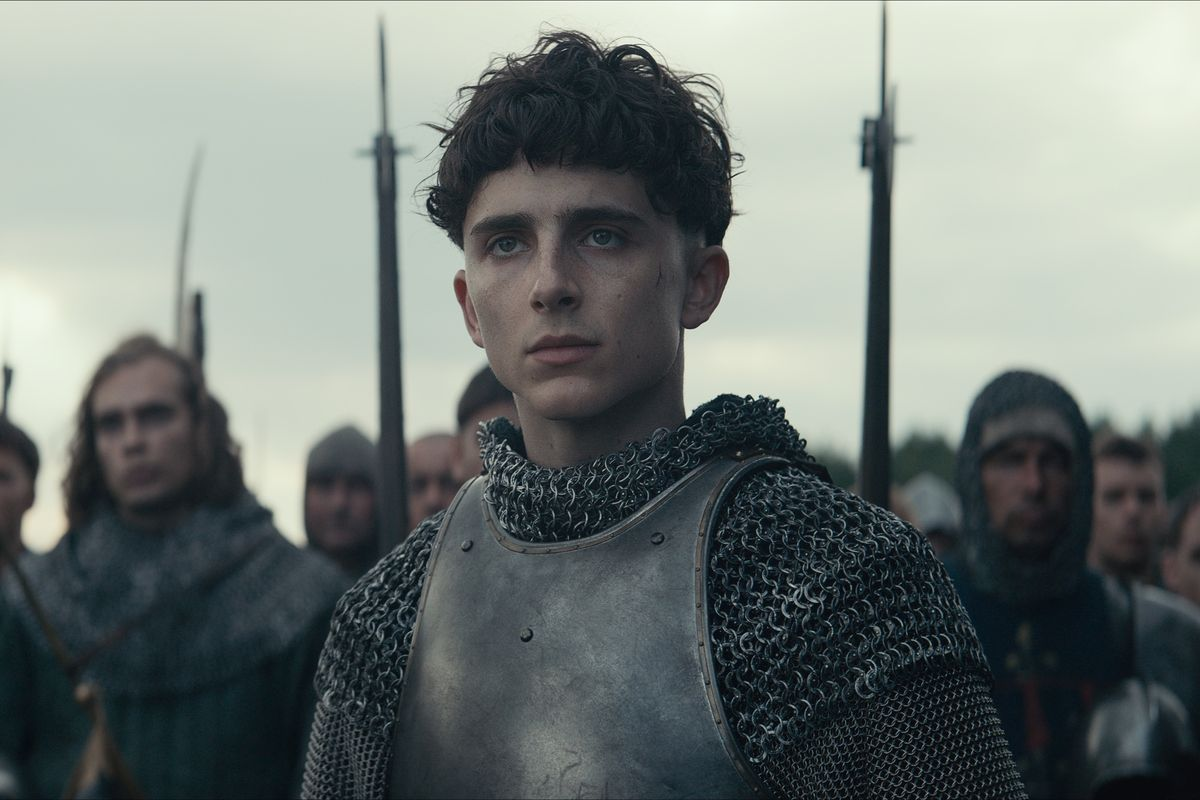 King Henry V stands in front of his army.