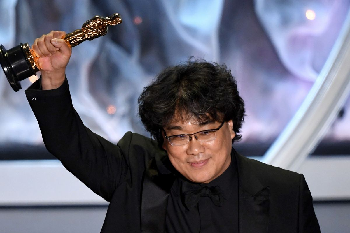 Bong Joon Ho holds up his Oscar after winning for Achievement in Directing.