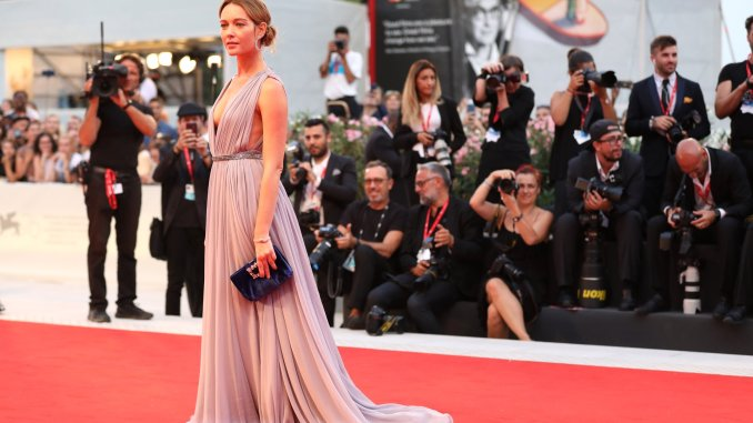 Cristiana Capotondi also shone on the red carpet, wearing the unique 101 Feuille.