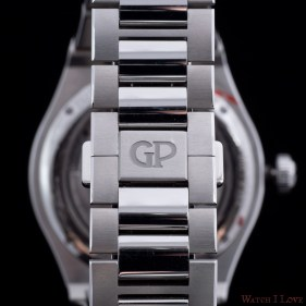 The combination of polished and brushed elements unites in the middle of the clasp featuring the Girard-Perregaux logo