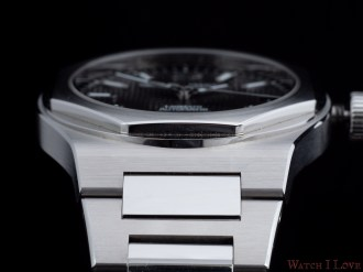 Girard-Perregaux-Laureato-42mm-Ref.-81010-11-634-11A-case-detail-bracelet-2