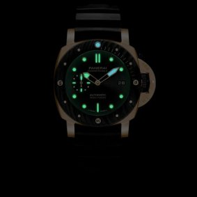 Panerai Submersible Goldtech™ Orocarbo PAM01070 lume