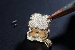 Assembling the rotating jewelry motif onto the case