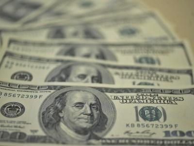 Dólar encerra em alta após China adiar acordo comercial