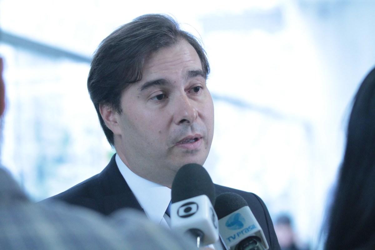 Após dois golpes, Ibovespa desaba ainda mais com declaração de Rodrigo Maia