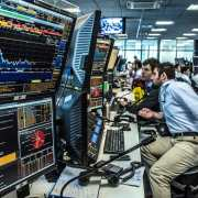 Ibovespa abre a semana de olho na previsão do Focus e guerra comercial