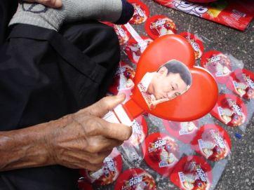 Un partisan de l'ex premier ministre Thaksin, montre sa photo