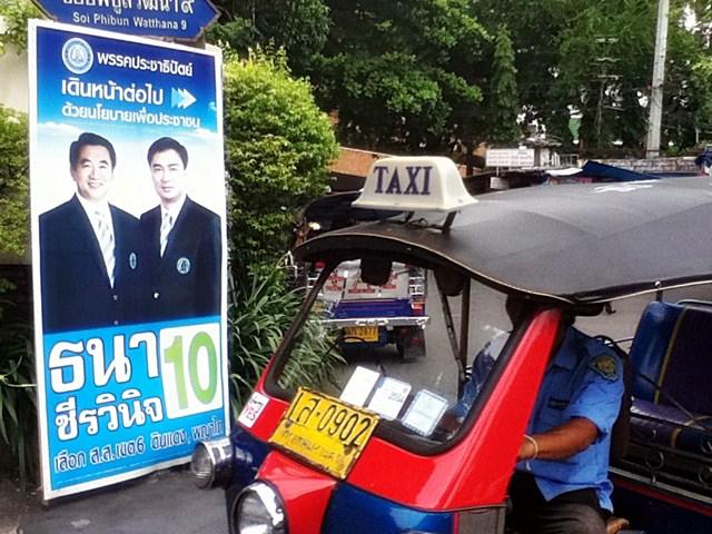 abhisit affiche electorale tuktuk