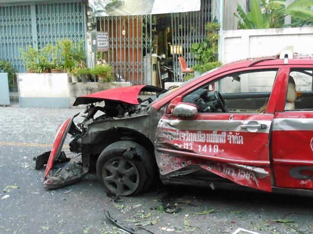 Un taxi dans le soi Pridi 35, après l'explosion de la première bombe