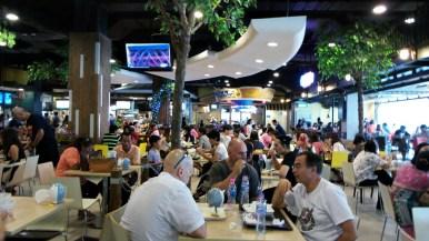 Le Food Court de Terminal21 est une vraie réussite, au heures d'affluence (11h30 -14h) il est parfois difficile de trouver une place assise.