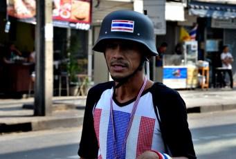 Un manifestant porte un casque pour se protéger d'éventuels projectiles - Photo : Wilfried Devillers