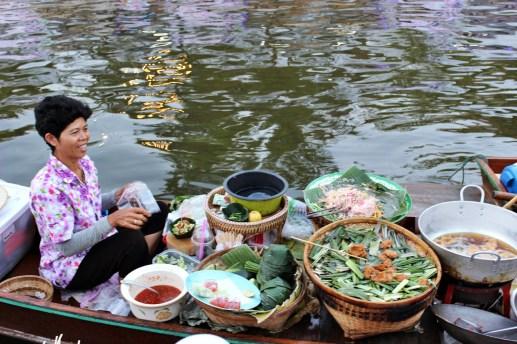 Le marché flottant de Bangkok sur le Khlong Phadung Krung Kasem à proximité de Government House. Photo : Clémence Cluzel