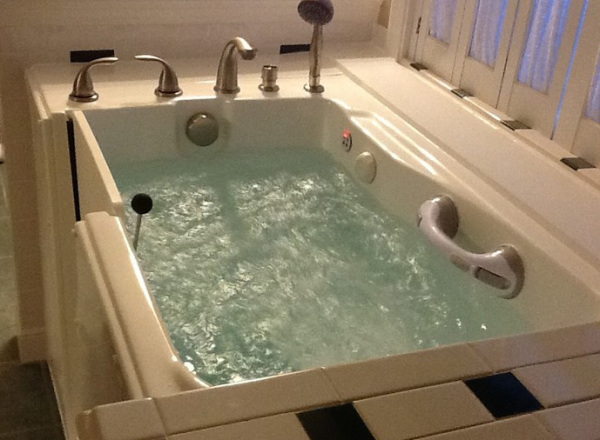 Best Walk In Bathtubs For Seniors Or The Handicapped At A