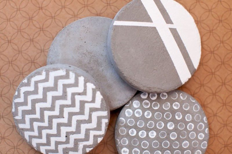 Motifs géométrique blanc sur des sous-verre en ciment
