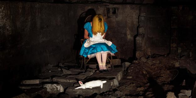 Alice est ligottée au fond d'une cave