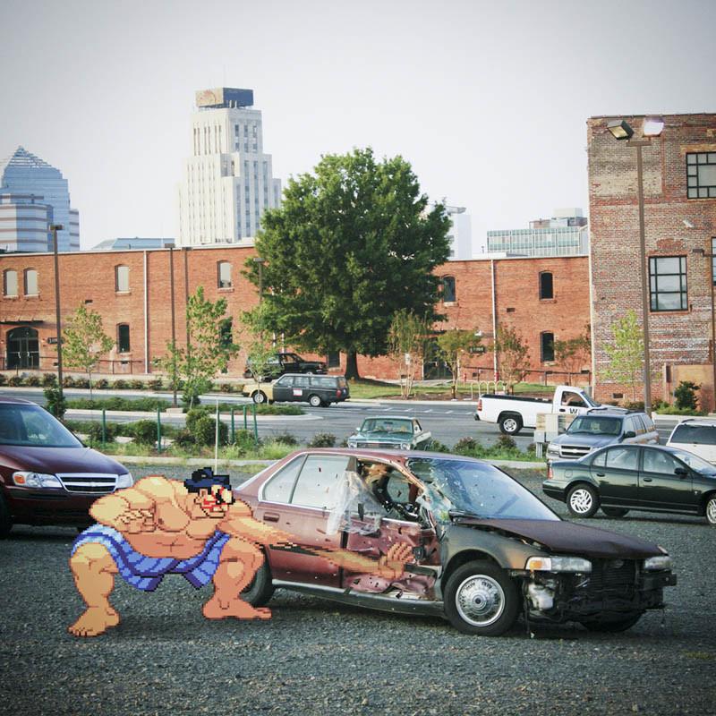 Un personnage de Street Fighter (en pixel) combat une voiture à la portière defoncée (en photo)