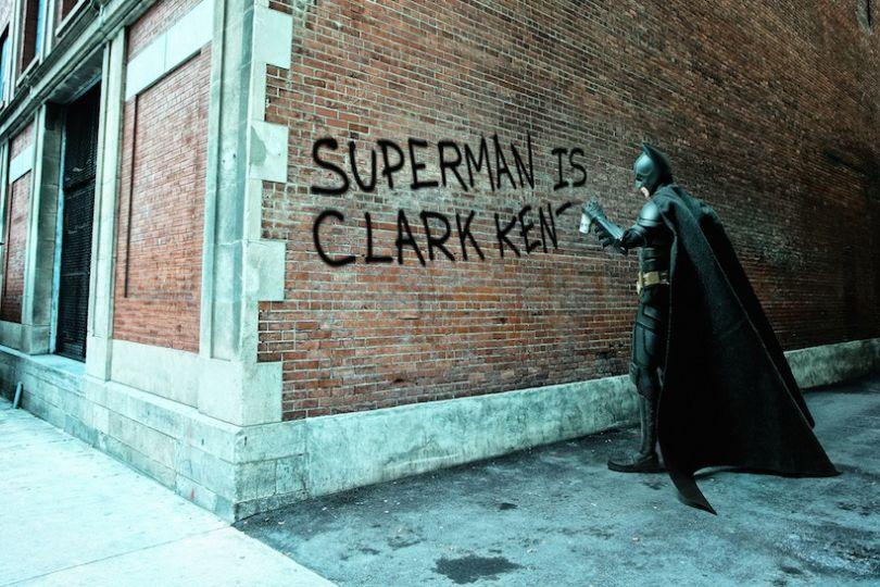 """Batman taggue sur un mur """"Superman is Clark Kent"""""""