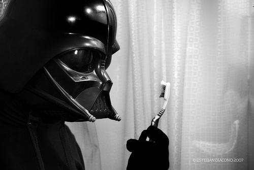 Dark Vador regarde une brosse à dent