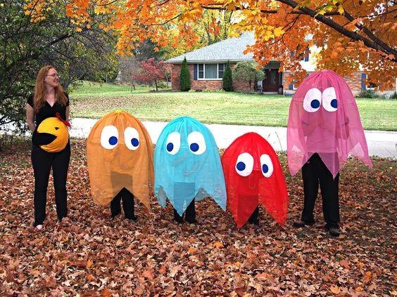 Costumes de fantômes Pacman crée avec des parapluies transparents et du tissu transparent en couleur
