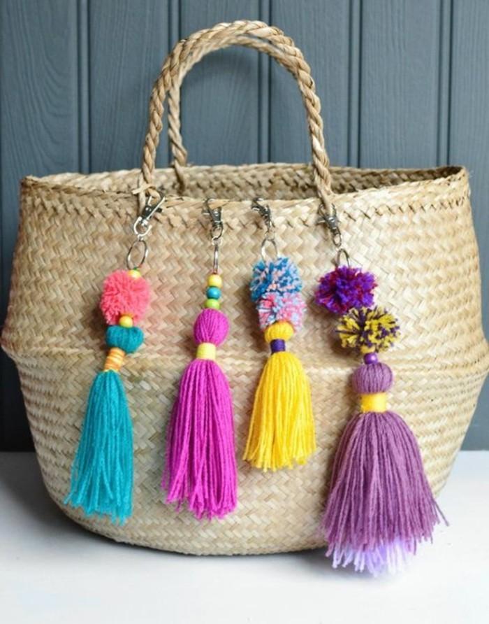 Petits pompons ronds et grands pompons glands colorés sur un sac