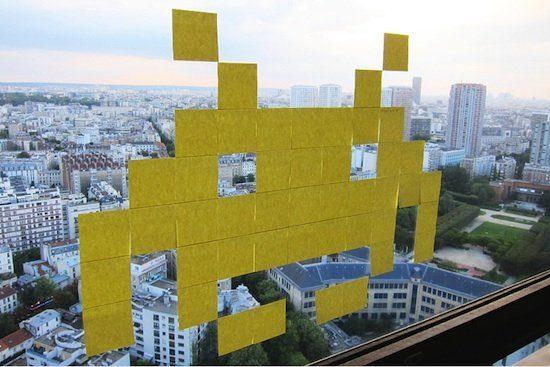 Un space invader en Post-it sur une fenêtre