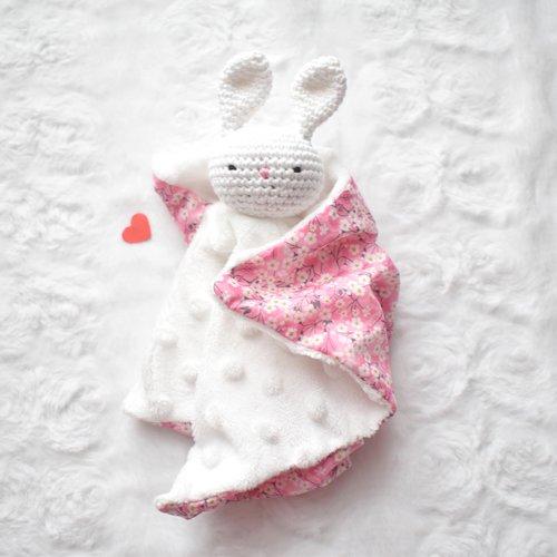 doudou plat lapin blanc et fleurs