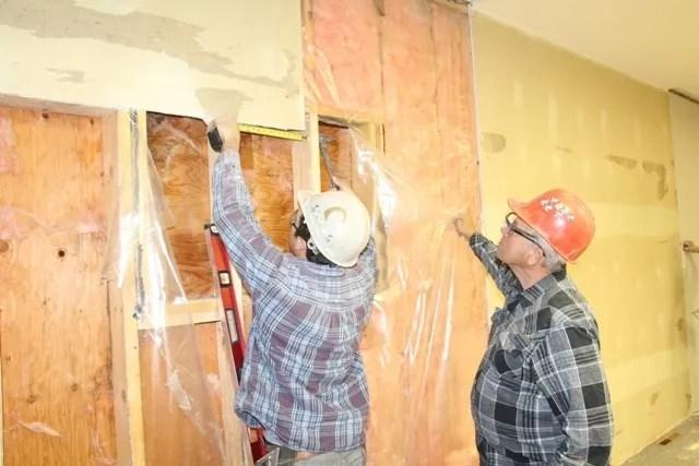 Um pequeno exército de cerca de 70 voluntários convergiram para Witness igreja do Melfort Jeová na semana passada para quase remodelar completamente o interior do edifício.