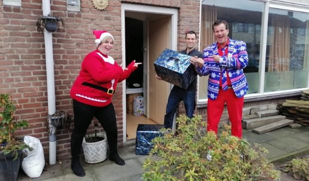 Kerstpakketten overhandigen in Ede