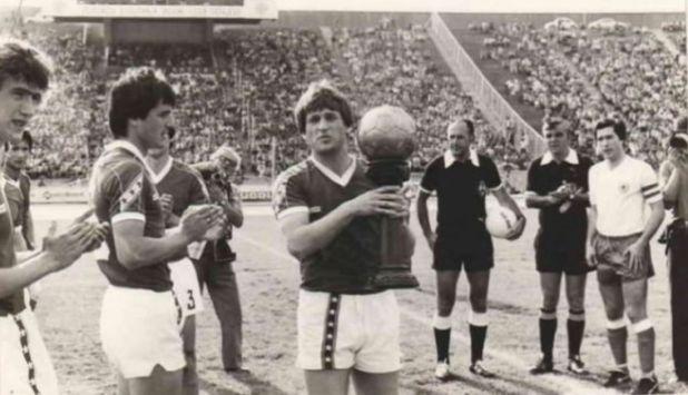 Safet Sušić s jednim od trofeja - undefined