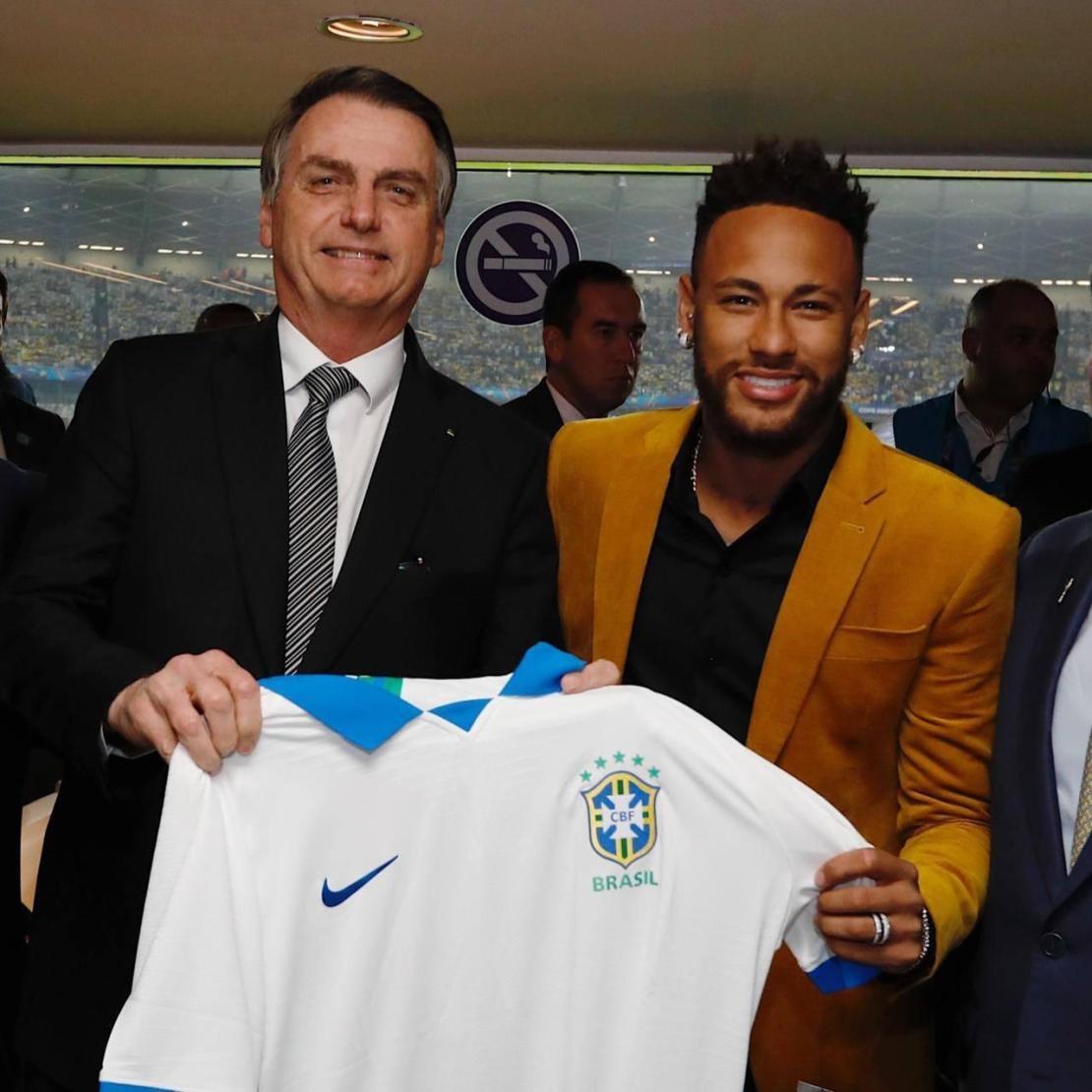 Bolsonaro exibe uma camisa da seleção brasileira ao lado de Neymar