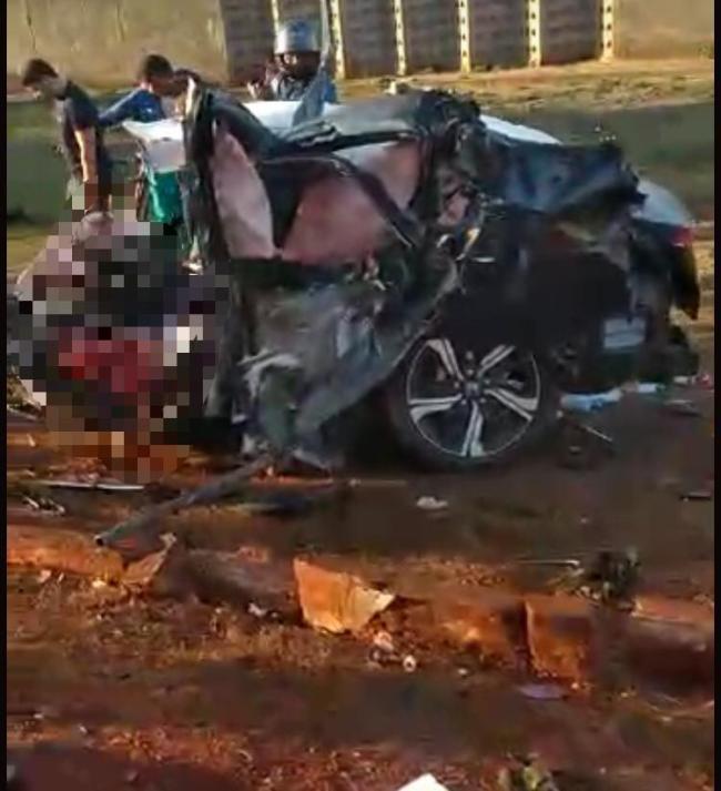 Corpo é achado nos destroços do carro de passeio