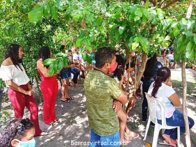 Localidade atrai multidão de fiéis e curiosos